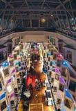 La piattaforma di passeggiata colorfully accesa alla notte di grande ms Silja Symphony del traghetto immagine stock
