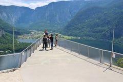 La piattaforma di visualizzazione in Hallstatt con una visualizzazione spettacolare del lago Hallstatter vede, l'Austria, Europa Immagine Stock