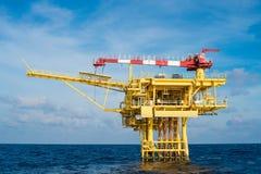 La piattaforma a distanza della testa di pozzo del gas e del petrolio marino produce il condensato del gas grezzo quindi inviata  fotografia stock libera da diritti