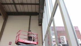 La piattaforma elevatrice idraulica di forbici si abbassa in un magazzino video d archivio