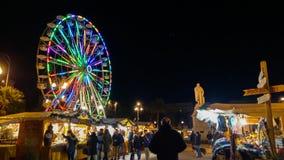 La piazza Cavour con il mercato di natale e i ferris colorati spingono dentro il centro di Ancona alla notte immagini stock