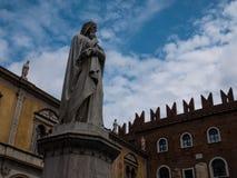 La piazza Dante, una statua che rappresenta lo scrittore famoso Dante Alighieri, il lavoro più importante dello scrittore è fotografie stock libere da diritti
