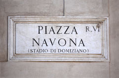 La piazza Navona firma dentro Roma, Italia Immagine Stock