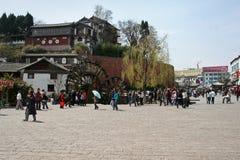 La piazza pubblica a Città Vecchia Lijiang Fotografia Stock Libera da Diritti