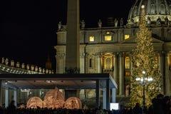 La piazza San Pietro, la scena di natività ha realizzato con la sabbia di Jesolo e l'albero di Natale decorato con delle le luci  immagini stock