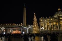 La piazza San Pietro, la scena di natività ha realizzato con la sabbia di Jesolo e l'albero di Natale decorato con delle le luci  immagine stock libera da diritti