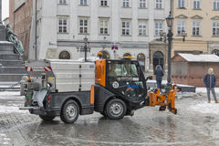 La piccola automobile del ventilatore di neve funziona a Cracovia, Polonia Fotografia Stock
