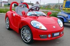 La piccola automobile rossa. Giocattolo della scuola materna. Fotografia Stock