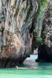 La piccola baia circondata da calcare complesso, la spiaggia di sabbia bianca molle e lo smeraldo colorano il mare all'isola di c Fotografie Stock