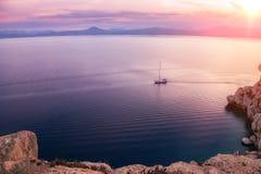 La piccola baia del golfo del Corinthian vicino a Heraion di Perachora, Grecia immagini stock