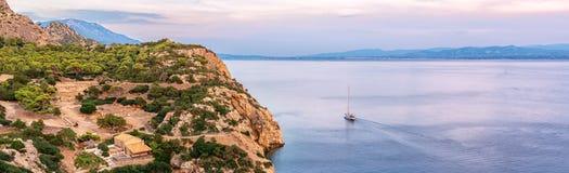La piccola baia del golfo del Corinthian vicino a Heraion di Perachora, Grecia fotografia stock
