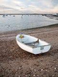 La piccola barca privata bianca parcheggiata ha attraccato sulla baia della parte anteriore della spiaggia Fotografia Stock Libera da Diritti