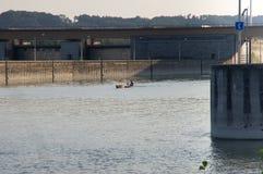 La piccola barca sta uscendo dalla serratura Fotografia Stock Libera da Diritti