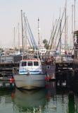 La piccola barca su un fondo della banchina Fotografie Stock