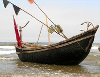 La piccola barca sulla spiaggia delicata fotografia stock