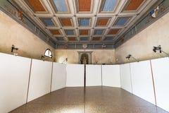 La piccola cappella antica ha preparato ospitare una mostra fotografica fotografie stock