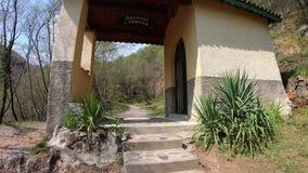 La piccola cappella lungo il percorso dal villaggio dell'albino a Selvino Provincia di Bergamo L'Italia video d archivio