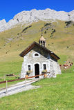 La piccola cappella nelle montagne Fotografia Stock