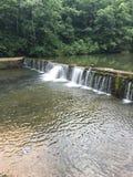 La piccola cascata rifornisce la pesca immagine stock