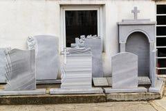 La piccola ditta privata produce le pietre tombali ed i campioni dei exhibites dei suoi prodotti sulla via fotografia stock libera da diritti