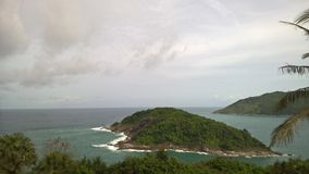 La piccola isola disabitata nell'oceano Fotografia Stock