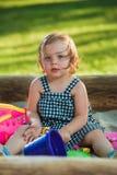 La piccola neonata che gioca i giocattoli in sabbia Fotografia Stock