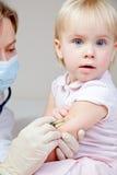 La piccola neonata ottiene un'iniezione Immagine Stock Libera da Diritti