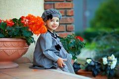 La piccola neonata sveglia che si siede sul portico della casa fa un passo fotografia stock libera da diritti