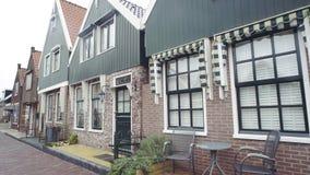 La piccola olandese tipica alloggia le facciate in Volendam, Paesi Bassi Fotografia Stock