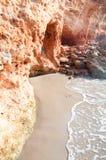 La piccola onda incontra la roccia rossa Fotografia Stock Libera da Diritti