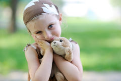 La piccola ragazza adorabile abbraccia il suo giocattolo Fotografie Stock