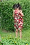 La piccola ragazza asiatica sveglia che si diverte prendendo una foto con un giocattolo è venuto immagine stock