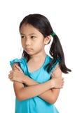 La piccola ragazza asiatica tene il broncio, nel cattivo umore fotografia stock libera da diritti