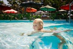 Ragazza bionda nella piscina fotografia stock libera da for Piano del sito piscina
