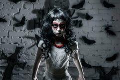La piccola ragazza del muerte di Santa con capelli ricci neri è un grande carattere di Halloween Fotografia Stock