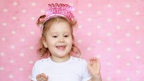 La piccola ragazza dolce canta una canzone con un compleanno Congratulazioni sulla festa da un bambino divertente video d archivio