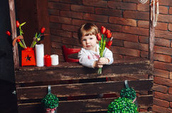 La piccola ragazza dolce vuole dare i fiori alla mamma Fotografie Stock Libere da Diritti