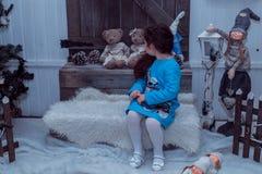 La piccola ragazza felice in vestito con il presente ha un natale Immagine Stock Libera da Diritti