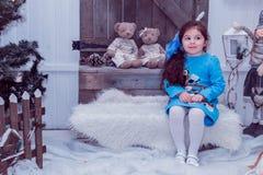 La piccola ragazza felice in vestito con il presente ha un natale Immagini Stock