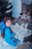 La piccola ragazza felice in vestito con il presente ha un natale Fotografie Stock Libere da Diritti