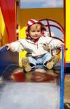 La piccola ragazza rotola dalla collina Fotografie Stock