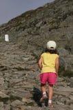 La piccola ragazza si arrampica al solo di punta roccioso Fotografia Stock Libera da Diritti