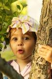 La piccola ragazza sveglia è sorpresa e colpita Fotografia Stock