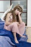 La piccola ragazza sveglia otto anni che portano l'angelo vince fotografie stock