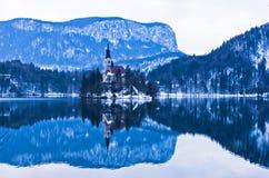 La piccola riflessione di mattina del ` s dell'isola sul lago ha sanguinato, alpi slovene Fotografia Stock