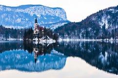La piccola riflessione di mattina del ` s dell'isola sul lago ha sanguinato, alpi slovene Immagini Stock