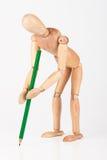 La piccola scrittura di legno del supporto del manichino con la matita di colore ha isolato la o Fotografie Stock