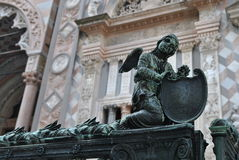 La piccola scultura gotica bronzea di un angelo con l'arpa Fotografia Stock