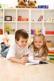 La piccola sorella lo ha lasciato mostrargli come leggere Immagine Stock Libera da Diritti