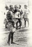 La piccola sorella tiene il suo fratello nel Ghana fotografie stock libere da diritti